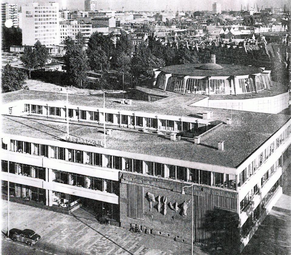 Кирпичная стена, встроенная в здание Центра строительства, позже разрушенного (1970).